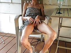 Liesas žmona rodo jos pussy po taure vyno
